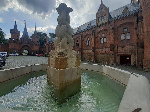 Kašna na Městečku uhradeckého zámku.