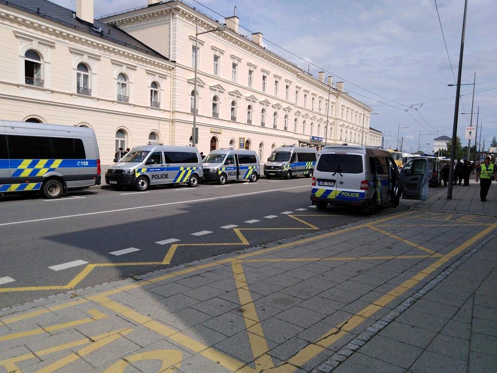 Policisté před nádražím v Opavě čekající na příjezd fanoušků Baníku.