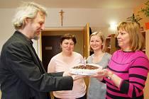 Ivo Mludek gratuluje trojici sester k sedmileté záslužné práci.