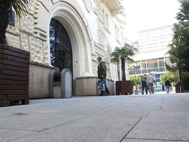 Sprejer nakreslil na dlažbu před budovou opavské radnice obří nápis dlouhý šestnáct metrů a mající písmena o velikosti téměř půl metru. Netrvalo však ani pár hodin a graffiti bylo odstraněno zaměstnanci Technických služeb.