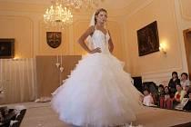 Součástí akce je také přehlídka svatebních šatů.