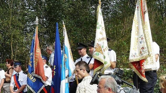 Hasiči slavnostně předávají pramen Jullianquelle do rukou občanů.