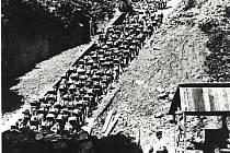 Schody smrti. V koncentračním táboru Mauthausen zemřelo také mnoho Čechů a Slováků. Na toto místo se vrací výstava v Památníku II. světové války v Hrabyni.