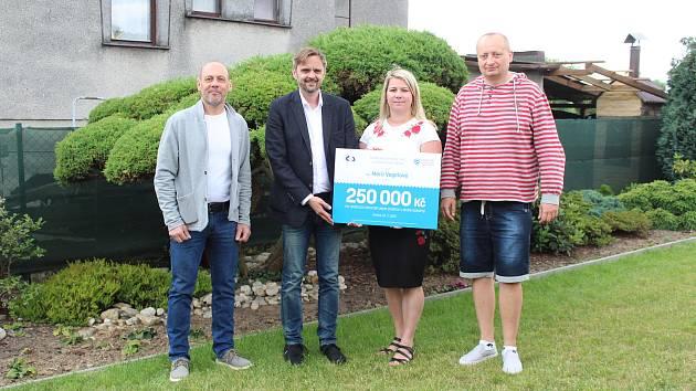Marii Vegelové gratulovali k výhře (zleva) Vladimír Raszka, Filip Soukup a Roman Brhel.