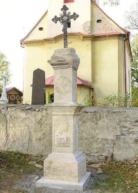 Litiniový kříž sozdobami.