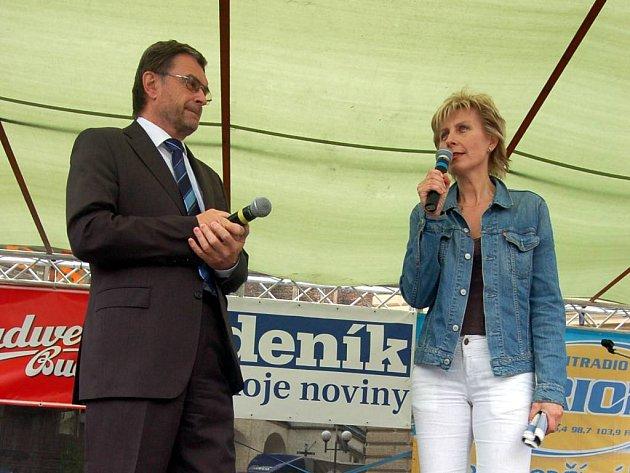 Šéfredaktorka Opavského a hlučínského deníku Zuzana Urbánková si na podium pozvala náměstka primátora Pavla Mališe