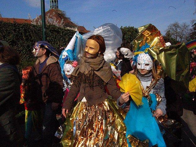 Vzhledem k tomu, že opavský festival Další břehy je letos věnován právě Benátkám, ani v Opavě nemohl chybět pravý Benátský karnevalový průvod. A bylo se na co dívat!