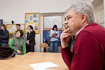 Starosta Vítkova Pavel Smolka o možném sloučení obou středních škol diskutoval s občany již několikrát. Na této fotografii pocházející z letošního března rozmlouvá ve vzrušené diskusi s učiteli a rodiči v prostorách místního gymnázia.