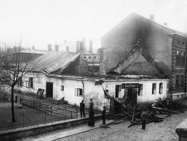 Fotografie byla pořízena před rokem 1890. Jsou na ní zachyceny následky požáru restaurace U tří kohoutů. Budova musela být zrenovována. Dům nad restaurací dodnes stojí. V přízemí se nachází prodejna s počítačovým příslušenstvím.