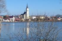 Kostel sv. Martina a rybník Nezmar - symboly Dolního Benešova.