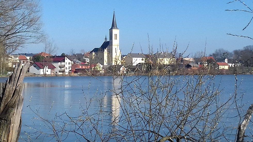 Kostel sv. Martina a rybník Nezmar.