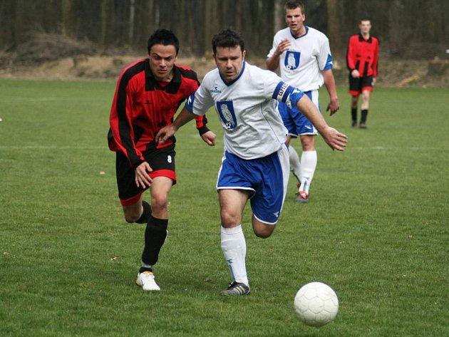 Fotbalisté Slavkova v prvních dvou duelech prohráli. Naposledy s Oldřišovem. V souboji o míč zachycen oldřišovský kapitán Daniel Hartoš s domácím Pavlem Rohovským.