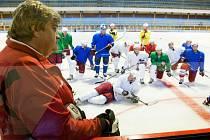 Opavští hokejisté před týdnem poprvé vyjeli na led. Staronový kouč Slezanu Karel Suchánek měl při prvním tréninku Opavy na ledové ploše k dispozici kádr pětadvaceti hráčů. Nechyběly ani nové tváře Karel Horný s Davidem Galvasem.