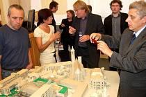 Hlavní architekt projektu Petr Franta (uprostřed) diskutuje s účastníky prezentace.