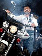 Jeden z mikolajických motorkářů.