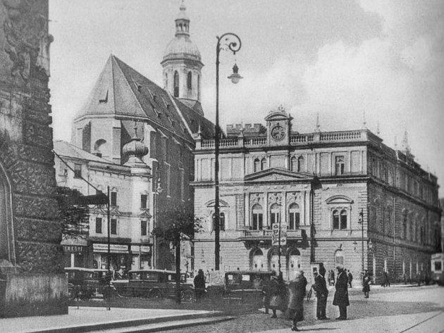 Divadelní budova v honosně novorenesančním slohu.
