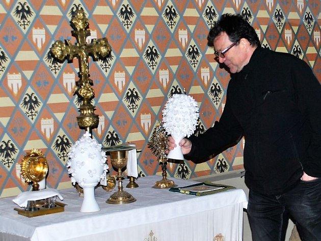 Keramická 3D vejce a další keramika z charitní Chráněné dílny Vlaštovičky byla letos součástí velikonoční výzdoby zámku v Hradci nad Moravicí.