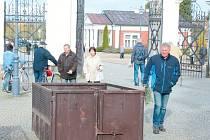 Návštěvníci Městského hřbitova v Opavě mají k dispozici vyčištěné a prázdné kontejnery. Zatímco veřejná prostranství pracovníci TS už uklidili, soukromé hroby to čeká.