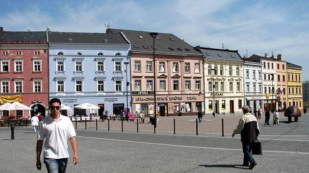 Hned tři domy na lukrativním místě Dolního náměstí se město Opava rozhodlo prodat ve výběrovém řízení.
