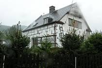 Na Opavsku evidují hasiči prozatím minimum požárů souvisejících s topnou sezonou. Fotografie pochází z požáru rodinného domu v Miloticích nad Opavou, kde oheň způsobil v rámci Moravskoslezského kraje od začátku topné sezony největší škodu.