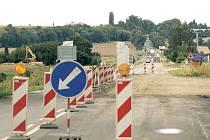 Silnice na Hradec nad Moravicí je průjezdná pouze v jednom pruhu. Auta, včetně aut zabezpečujících mistrovství světa ve sjezdu na divoké vodě, stojí dlouhé minuty na semaforech.
