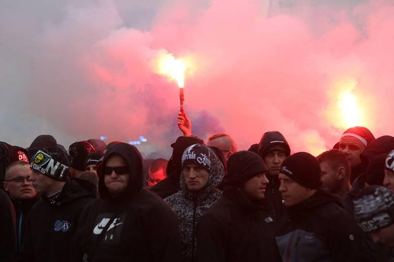 Popis fotky: Fanoušci Baníku Ostrava - Fanoušci Baníku Ostrava se 11. listopadu 2018 v Opavě vydali společným pochodem k fotbalovému stadionu, kde ve 14:00 začíná zápas první fotbalové ligy SFC Opava - Baník Ostrava.            Opava 11. listopadu (ČTK) -