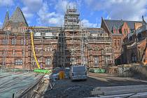 Rekonstrukce Červeného zámku nadále pokračuje.