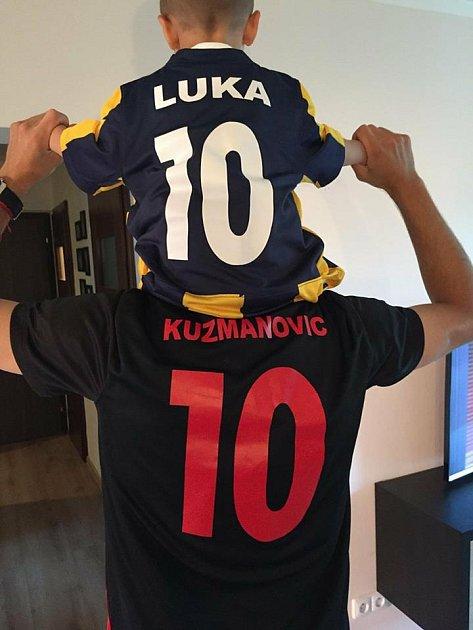 Opavský snajpr Kuzma slaví postup se svým synem Lukou.