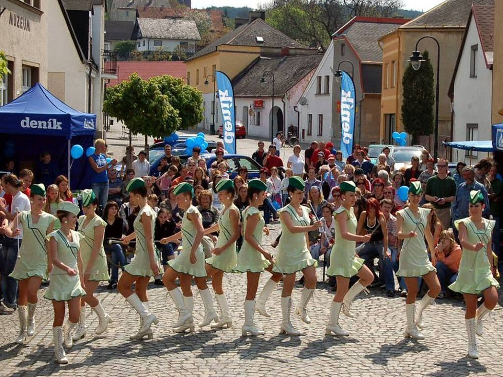 Mažoretky vedené paní Konečnou začaly celou naši akci, na kterou se přišli podívat občané Hradce nad Moravcicí.