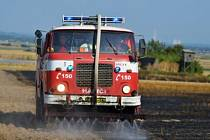Osm hasičských jednotek zasahovalo v úterý po čtvrté hodině odpolední na poli nedaleko Hati. Vzplála zde totiž pšenice a také strniště.