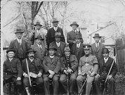 PARTIE po honu v roce 1928 – Krakovský, Hloušek, P. Bábek, baron Pillersdorf, Botur, Filip, Bocián, A. Benš, J. Schreier, V. Heinzke, J. Heinzke, Moravec, Straka, Kořistka.
