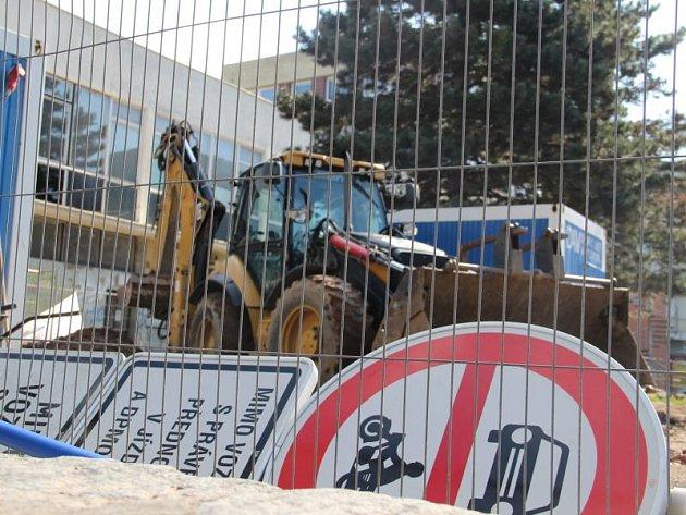 Prozatím se za Slezankou nestaví. Probíhají zde pouze dokončovací práce po demontáži někdejší budovy ministerstva zemědělství. Co věžák v budoucnu nahradí, nikdo neví.
