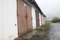 Před touto garáží došlo k výbuchu. Ilustrační foto.
