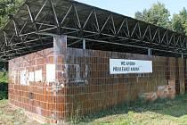Převlékárna a toalety k ničemu. Město je odkoupilo v roce 2010, vzhledem k špatnému stavu je ale ani neotevíralo.