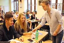 Na Slezském gymnáziu v Opavě si studenti a učitelé konec I. světové války připomněli předáváním vlčích máků a promítáním speciálního válečného dokumentu.