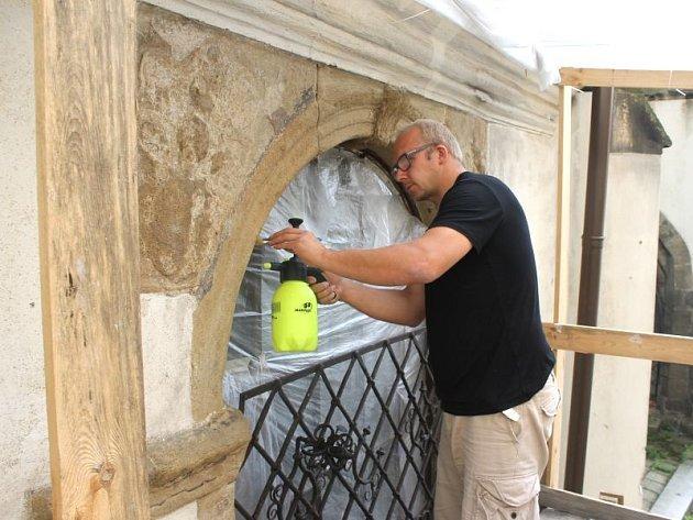 Restaurátor Tomáš Skalík čistí okenice.
