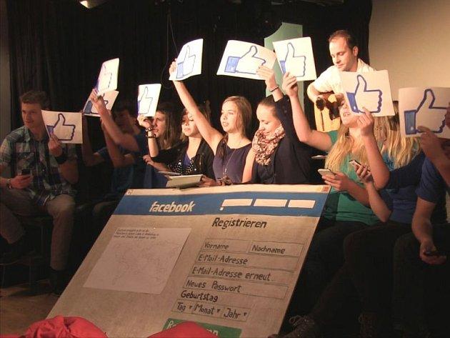 Studenti v průběhu jedné z loňských scének.