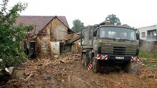 Velká voda je pryč a na hasičích teď je napravovat škody, které způsobila. Patří sem i stržení staticky narušených domů.