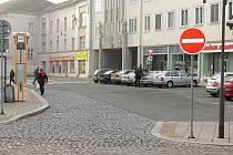Dopravní značka z ulice U Jaktařské brány mluví jasně.
