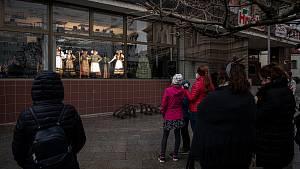 V obchodním centru Slezanka se Slezské divadlo připojilo k výzvě Oživené výlohy, 13. dubna 2021 v Opavě.