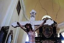 Nutnost rychlé opravy kostela dokládají praskliny ve zdivu.