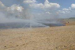 Bez zranění a s minimální škodou. Tak dopadl požár strniště v Litultovicích, kde v úterý odpoledne zasahovalo sedm jednotek hasičů.