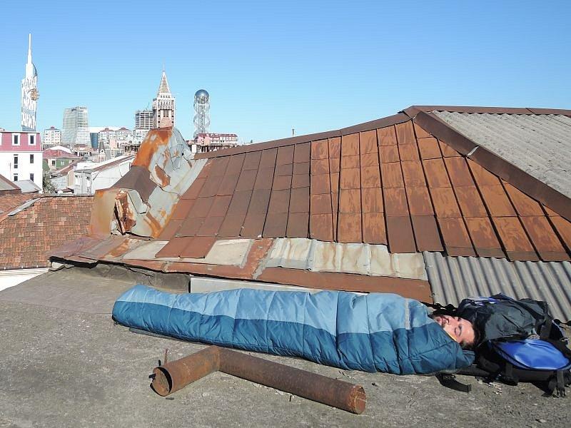 Dobrodružný nocleh na střeše domu v Batumi v Gruzii.