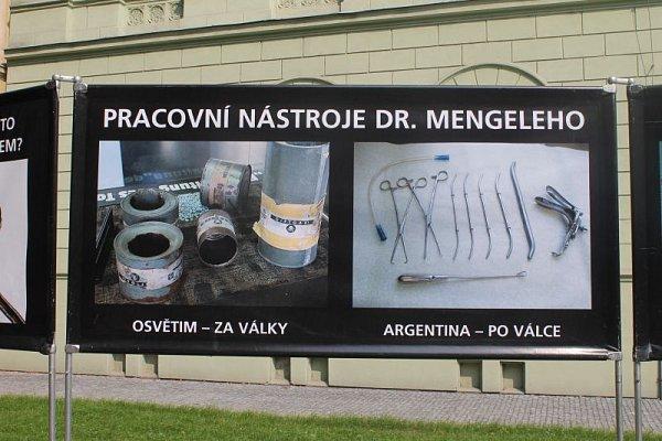 Ve středu se vOpavě objevili zvláštní hosté. Výstava, kterou umístili na veřejné prostranství před Střední zdravotnickou školu, neměla vOpavě obdoby.