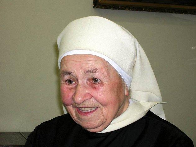 Sestřička Kordulka. I přes úctyhodných devadesát let je usměvavá a plná elánu.
