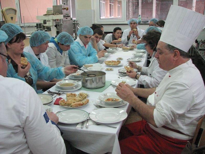 Pedagog opavské Střední školy hotelnictví a služeb a VOŠ a Slezské univerzity Jiří Vizauer se v těchto dnech vrátil z Plovdivu. Na mezinárodním kulinářském a gastronomickém setkání učitelů vysokých škol a odborníků z praxe přednášel o české kuchyni.
