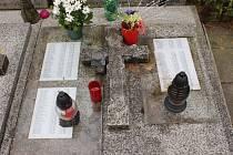 Na slavkovském hřbitově najdete toto vzorně udržované místo posledního odpočinku osamělých a nemajetných lidí. Jsou zde i jejich jmenné seznamy.