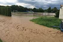Zaplavené fotbalové hřiště v Oldřišově.