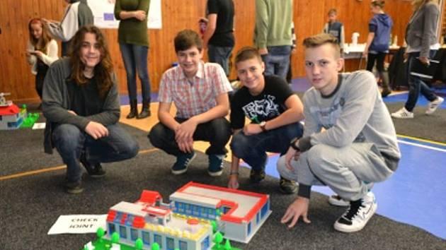 Hotely stavěli žáci ve čtyřčlenných týmech. Na stavbu měli hodinu a půl.