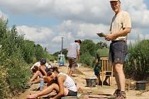 Archeologové pracující na jednom z několika nalezišť v Holasovicích objevených díky výstavbě nové cyklostezky.